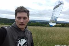 Selfie z letící flaškou
